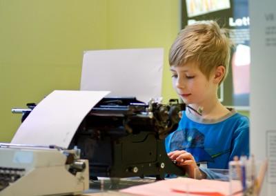 HEJ! Pojke vid skrivmaskin
